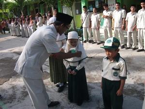 Pengukuhan Peserta Didik Baru oleh Wakil Kepala Madrasah
