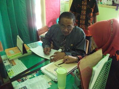 Tim assesor berkrliling melihat kondisi fisik madrasah