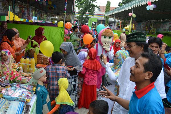 Kunjungan Pembina Yayasan Sabilillah ke Stand di Dampingi Kepala Madrasah