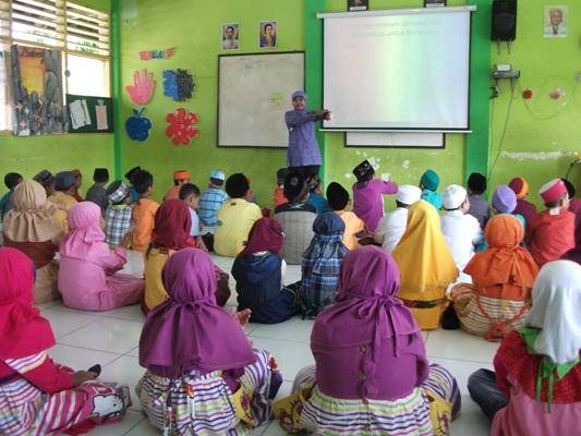 Siswa-siswi Kelas 1-2 mendapat materi tentang wudhu