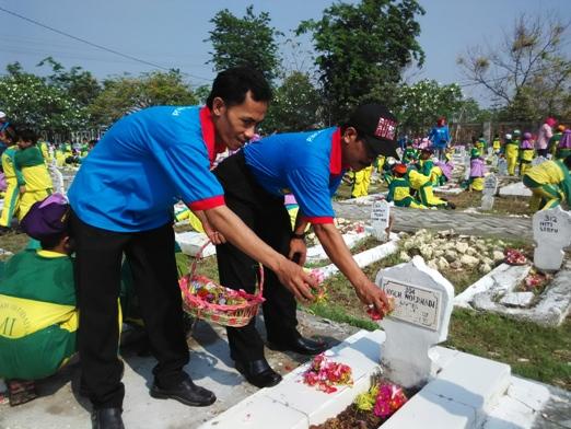 Kepala Madrasah Melakukan Tabur Bunga Taman Makam Pahlawan Kusuma Negara