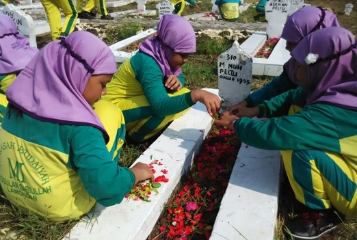 Siswa-siswi Melakukan Tabur Bunga Taman Makam Pahlawan Kusuma Negara