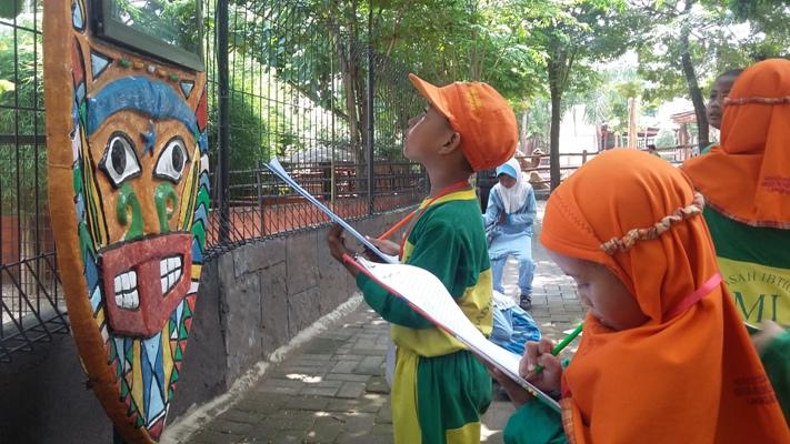 Siswa-siswi kelas 1 Mengamati di Mazoola