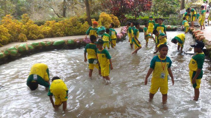 Setelah Menanam Padi Siswa-siswi Membersihkan anggota badan di kolam