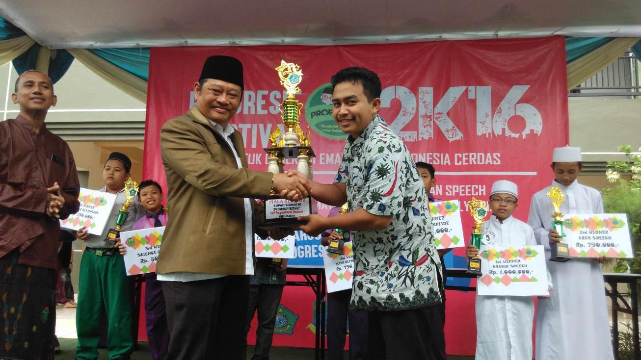 Penyerahan tropi Juara Umum PROFEST 2K16 Oleh Bupati Sidoarjo