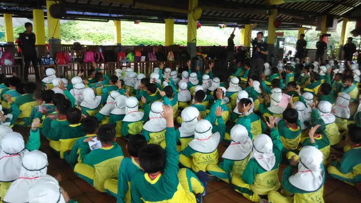 Siswa-siswi mengikuti permainan di bhakti Alam