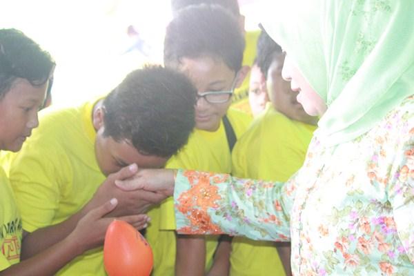 Para Siswa Bersalaman dengan Ibu Hj. Makhdumah Fadeli