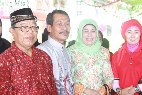 Ibu Hj. Makhdumah Fadeli Bersama Kepala Madrasah Dan Pengawas MIUS