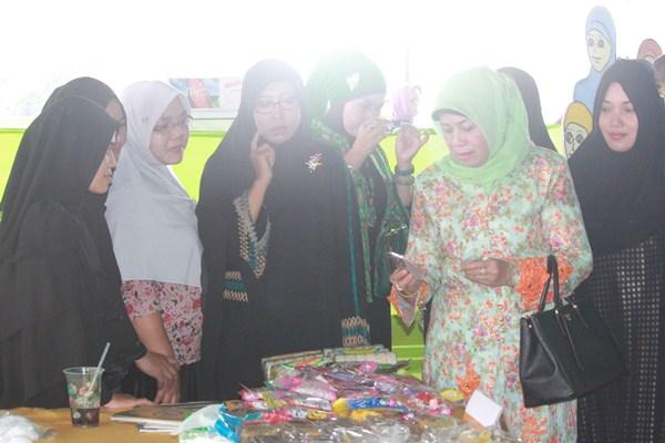 Kunjungan Ibu Hj. Makhdumah Fadeli ke stand-stand