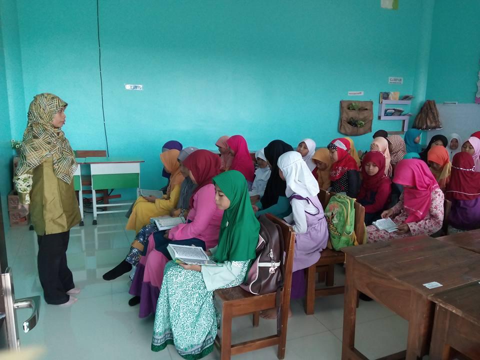 Penyampaian Materi Pondok Ramadhan di kelas