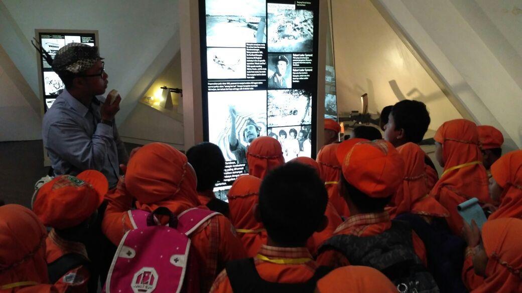 Siswa-siswi sedang mengamati pidato pahlawan dan mendengarkan pengarahan