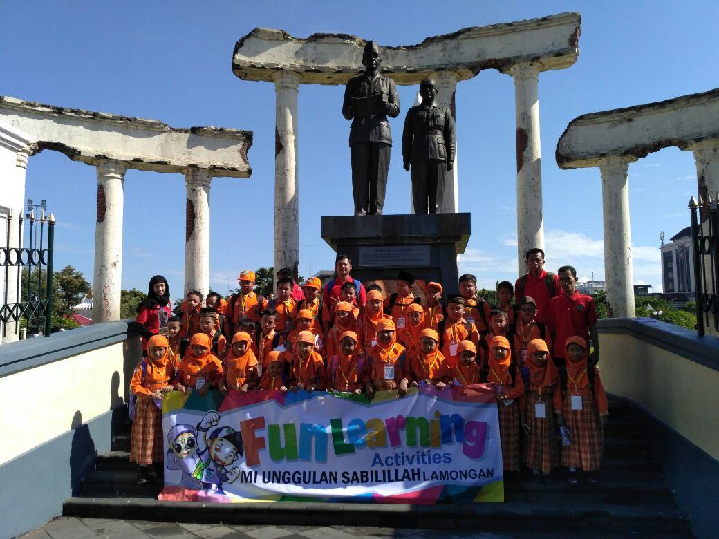 Foto Bersama di Tugu Pahlawan